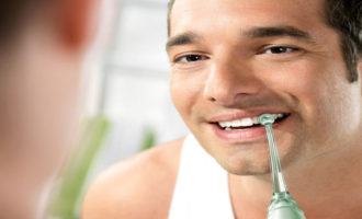 Чистка зубов ирригатором